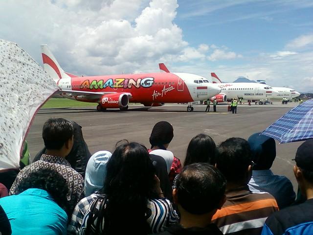 Pengunjung BAS 2010 berbondong-bondong berkumpul di sekitar pesawat Air Asia yang sedang bersiap tinggal landas. (Foto: Yudha PS)