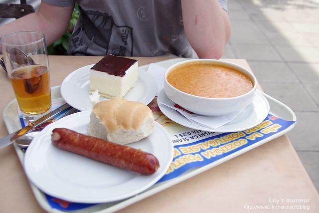 尼的主餐,維也納香腸+鷹嘴豆燉湯,甜點是巧克力慕斯蛋糕。
