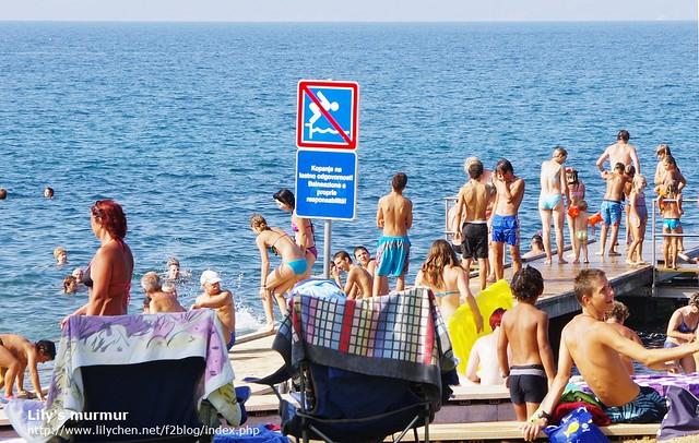 禁止跳水的標誌就在前面,但大夥兒還是排隊等跳水。XD