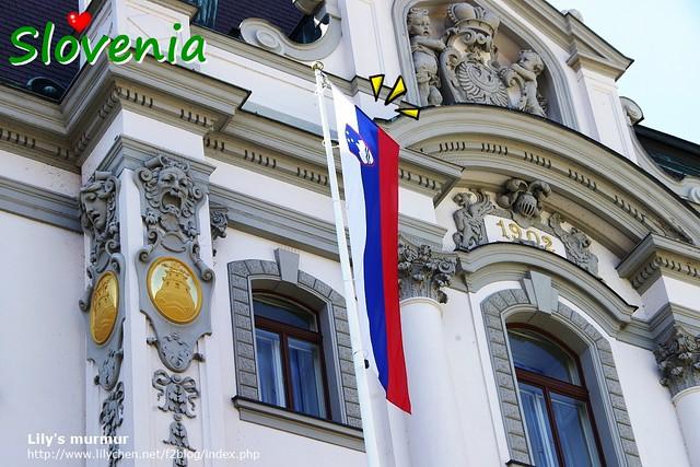 Slovenia的國旗,有他們最高峰特里格拉夫山與三顆星。