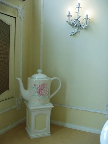 201009190077_giant-teapot