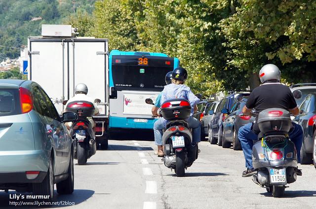 很多義大利人的機車後方都還會放一個置物箱。