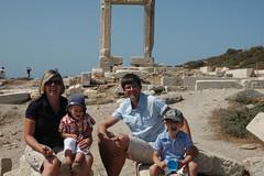 Naxos: Familie vor dem Portara