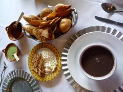 Schwarze Bohnensuppe und Knabbereien