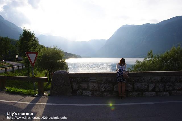 從橋上看Bohinj湖,湖光山色美不勝收。我在湖邊看到令人驚奇的景象,以致於我整個人趴在橋邊想往下看得更清楚...