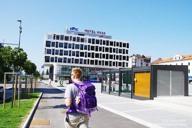 我跟尼在Postojna小鎮中心閒逛,尼背著我的背包,包包上還有小熊哩。