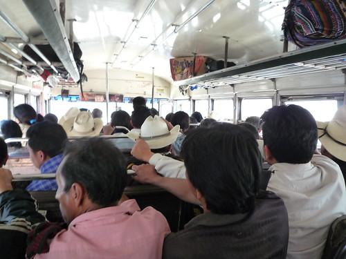 Ein fuer guatemaltekische Begriffe halbvoller Bus
