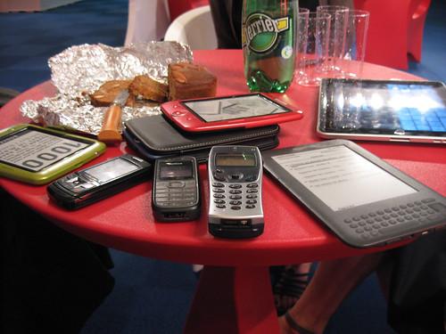 #Novela2010 Liseuses (lisels) sur une table du Livre numérique