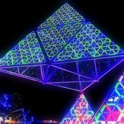 宙に浮かぶピラミッド