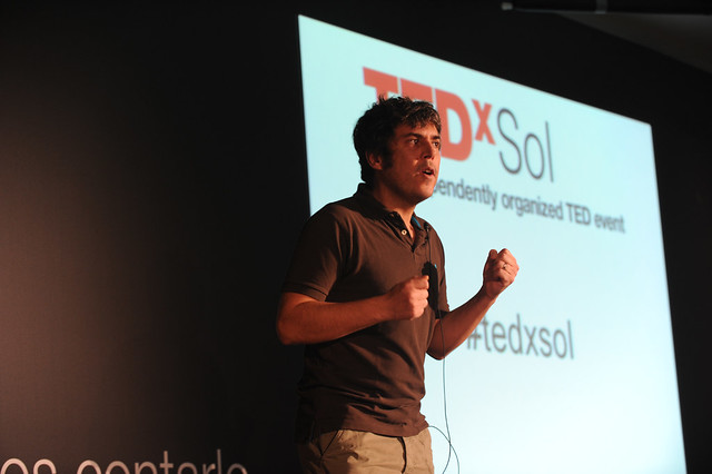 Iván Ferreiro haciendo entrega de su 'sorpresa'. Foto: TEDxSol