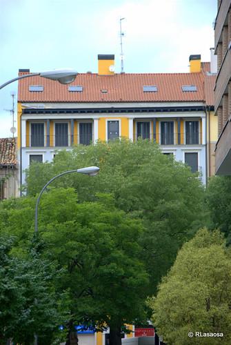Vista de un edificio de viviendas en el paseo de Sarasate desde la calle Alhóndiga