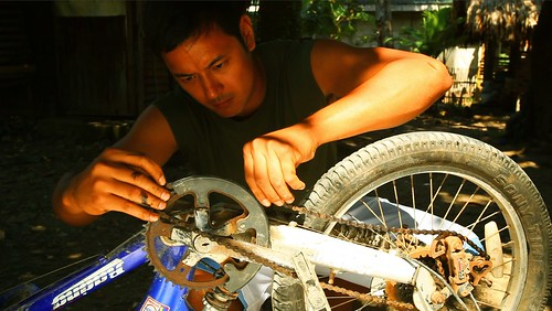 Lino (Allen Dizon) fixing Natoy's bicycle