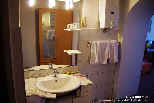 有點舊但可以用且算乾淨的洗臉台,旅館有供應兩人各一大一小的毛巾。