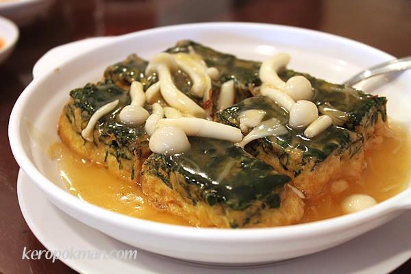 Braised Spinach Tofu & Honshimeji Mushroom topped with Crisp Conpoy 秘制松茸菇干贝菠菜豆腐