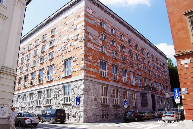 從另外一個角度看Ljubljana大學兼圖書館,給這個冷靜的圖書館帶了點生動活潑的氣息。