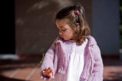 Matilde con il suo nuovo amico insetto stecco