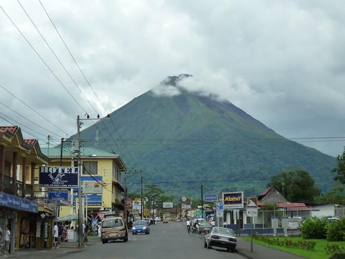 Vulkan Arenal thront ueber der Stadt Fortuna