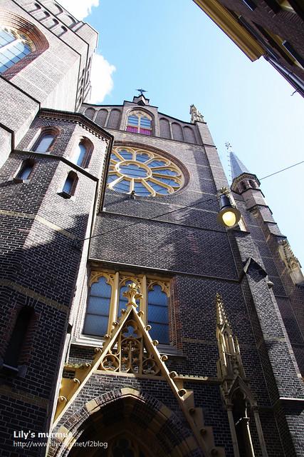 其實這教堂有旁邊有個圓頂的建築物,應該那個才是主體,但是因為巷道過窄,我怎麼樣都拍不到全貌,很可惜。