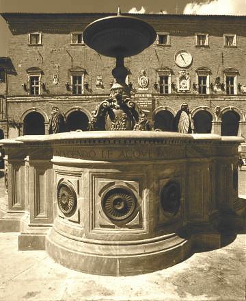 Piazza di Treia. La fontana