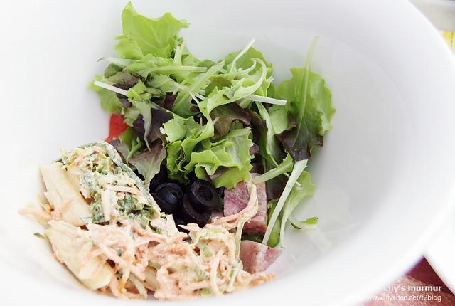 我們點的沙拉,因為是稱重的,怕拿太多太重,所以就只拿一點點。