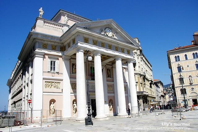 這棟我不知道是什麼...但感覺很有古希臘建築風格。