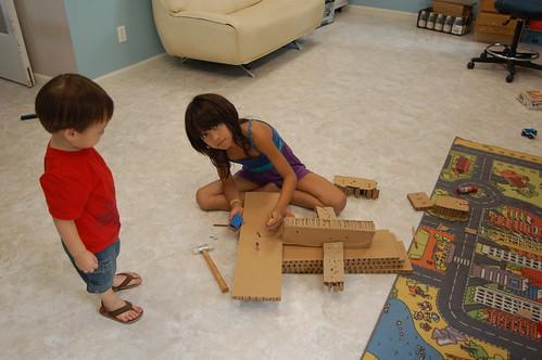 得瑞跟姊姊學習創作.