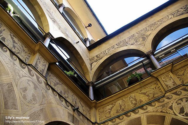 舊市政廳的天井,我覺得牆上的雕刻精細的好美麗,忍不住叫人多看幾眼。