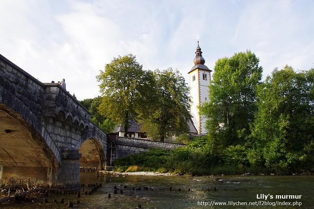 由橋下往上拍,Bohinj 湖旁唯一的教堂。