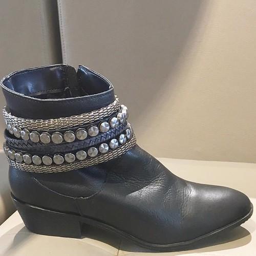 Com pegada Rock a botinha de couro preto é pra ser usada em todos os invernos
