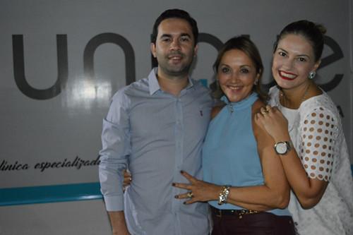 Pilar Gramigna entre os filhos Rafael e Jaqueline, médicos na Unique