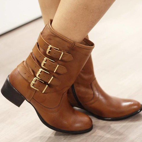 Na tendência das botas com fivelas