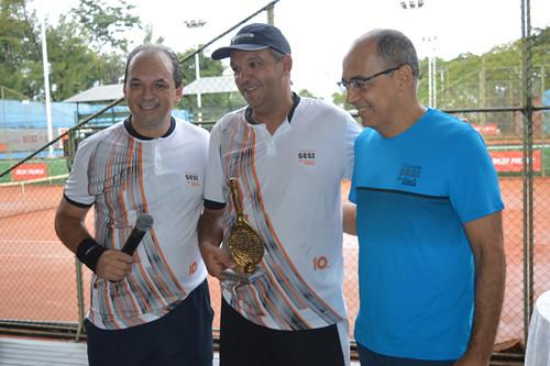 Fernando Gomes - Cemig - campeão individual, entre o presidente da FIEMG Vale do Aço, Luciano Araújo, e o gerente geral da usina da Usiminas, Roberto Maia