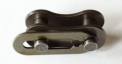 "Das Kettenschloss. Die Kettenschlösser. Die Fahrradkette wird mit einem Kettenschloss geschlossen. • <a style=""font-size:0.8em;"" href=""http://www.flickr.com/photos/42554185@N00/35079708332/"" target=""_blank"">View on Flickr</a>"