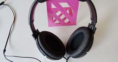 """Der Kopfhörer. Die Kopfhörer. Mit Kopfhörern kann man laute Musik hören, ohne Ärger mit den Nachbarn zu bekommen. • <a style=""""font-size:0.8em;"""" href=""""http://www.flickr.com/photos/42554185@N00/34602781043/"""" target=""""_blank"""">View on Flickr</a>"""