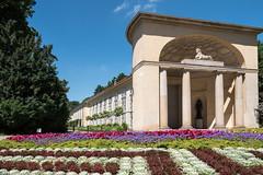 """Potsdam, Neuer Garten: Orangerie, davor das jährlich wechselndeTeppichbeet - Orangery in the """"New Garden"""", in front of it the carpet bed with a yearly changing pattern"""