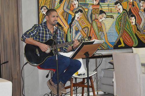 O músico Gláucio Campos cantou, tocou e encantou, com repertório ótimo