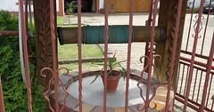 """Der Brunnen. Die Brunnen. Ein schöner, alter Brunnen. Er ist nicht mehr in Betrieb und dient nur noch zur Dekoration. • <a style=""""font-size:0.8em;"""" href=""""http://www.flickr.com/photos/42554185@N00/35835722440/"""" target=""""_blank"""">View on Flickr</a>"""