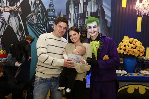 Thiago Mosci e Carla com seu bebê, estreiando participação no níver do Davi