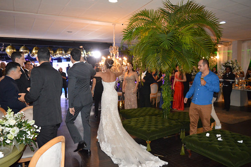Alegria dos noivos chegando à recepção5