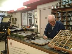 Simone Quetti compone a mano con caratteri mobili
