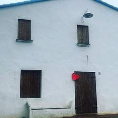 ❤️La casa de la Delfina La casa de la Delfina, anomenada així popularment, anava a terra dins el projecte Retrobem-nos per a l'eixamplament del carrer Sant Cebrià al seu pas per darrera l'Església. La pressió popular va evitar l'enderroc. #NiUnCorTr