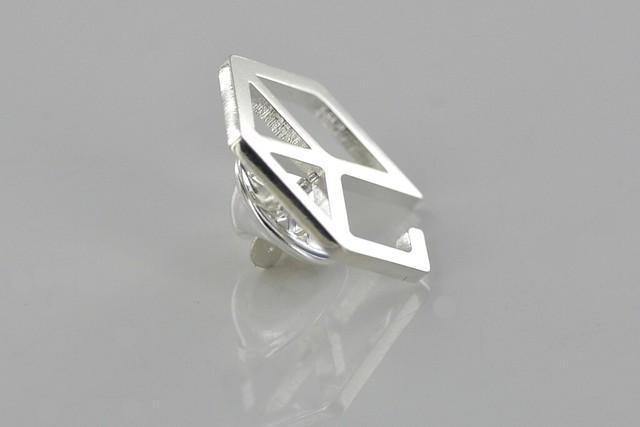 pins srebrny