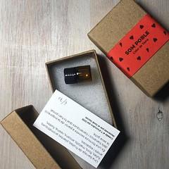 Ja el tenim a punt! El perfum Som Poble és l'olor de Tiana. ☺️ Una barreja de fruites, plantes aromàtiques, fulles, flors, matolls, encens, resina, fustes, arrels i espècies. És una fórmula secreta a partir de la inspiració dels tianencs i tianenqu
