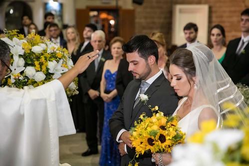 Os noivos Renato Azevedo Neto e Juliana Abreu Nascimento no altar da Igreja Matriz São Sebastião