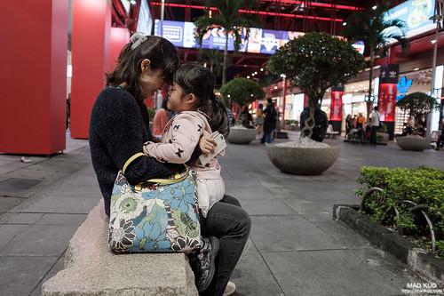 那天坐在母女倆旁,只就媽媽一直用額頭磨蹭女兒的頭,最原始的愛就是如此吧。