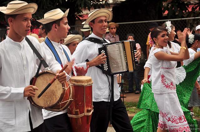 Acordeón, tambor y canto