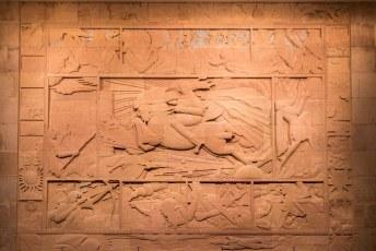 Dit is een reliëf van Artashes Hovsepyan, van een scene met David van Sassoun. De mythische held van Armenië.