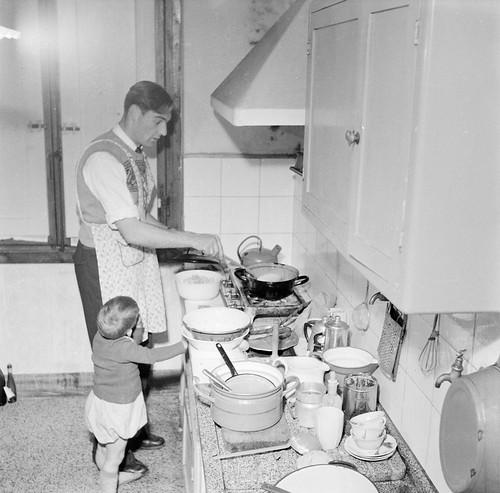 Voetballer aan het koken / A footballer cooking a meal