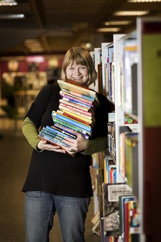 Kvinne med bøker. Bilde til fri bruk fra Kulturrådet