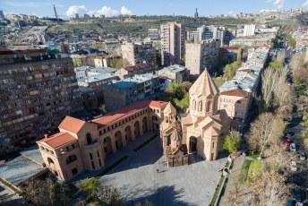 Terug in de stad vloog ik even een rondje. Hier in 1 shot de Holy Mother of God kerk, het cafesjian centre, moeder Armenia en mijn AirBnB hut.
